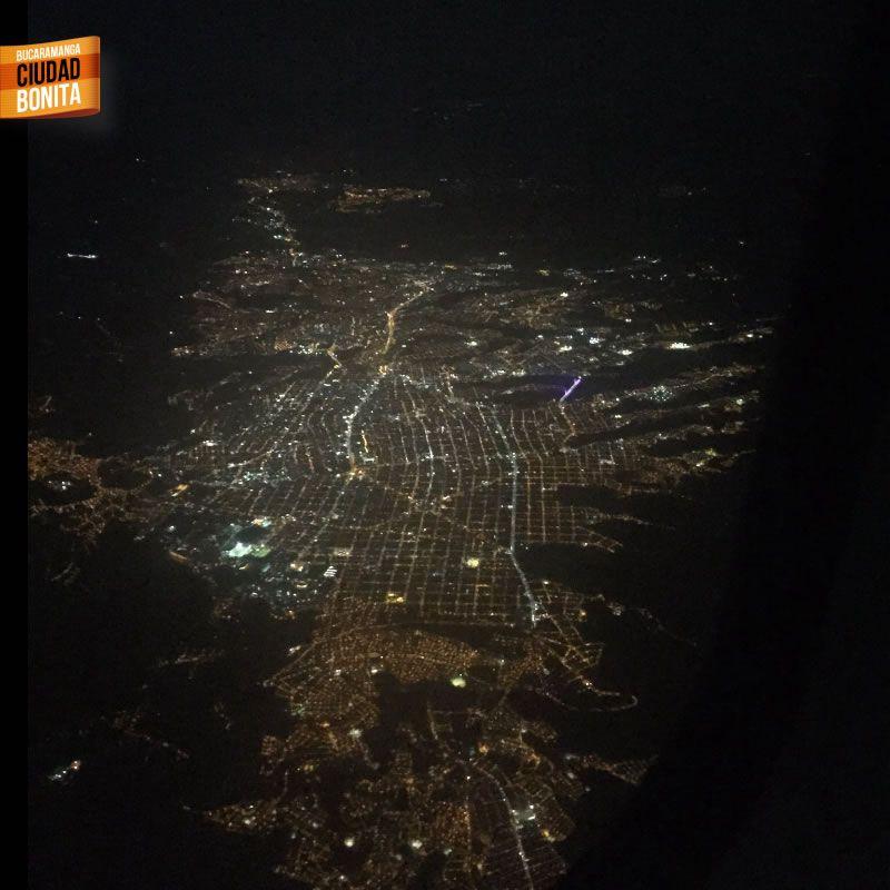 Increíble vista de nuestra Bucaramanga en la noche desde el aire, hermosa nuestra ciudad. Gracias @1824Rengi por la foto #nochesBUC