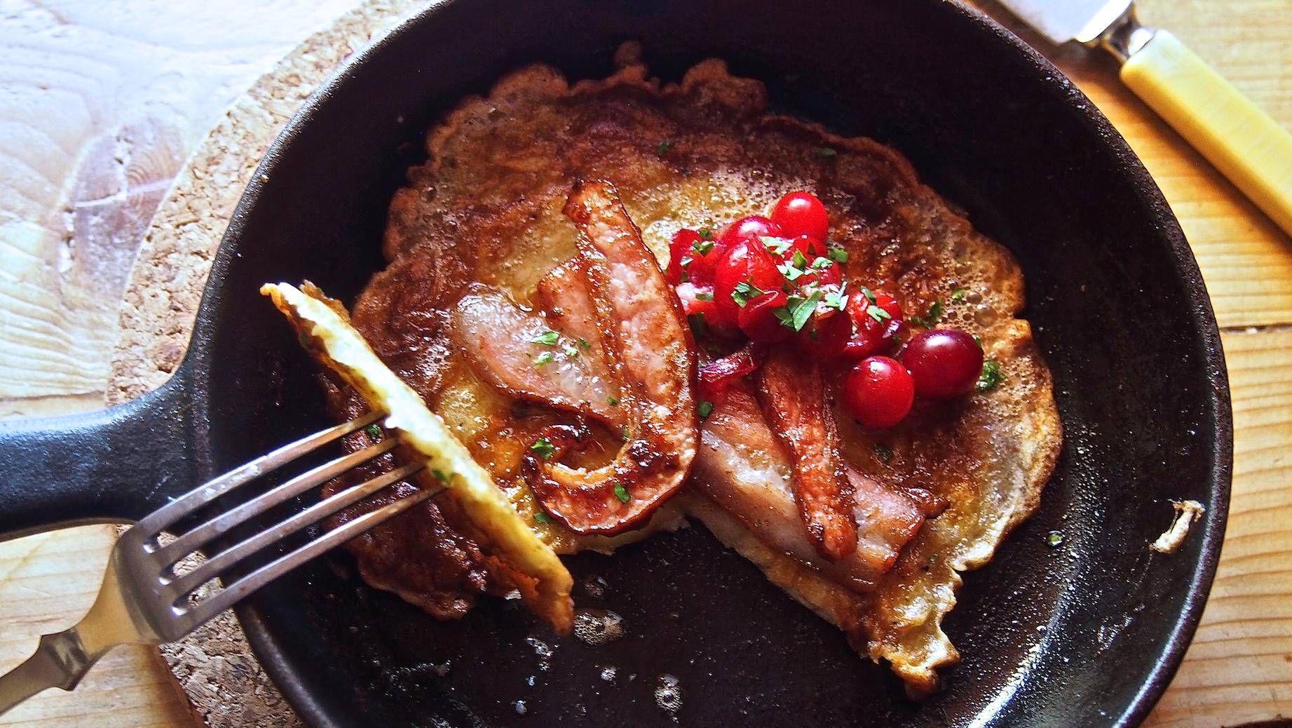 Possunrasvassa paistetut perunalätyt maistuvat ulkoilun jälkeen.