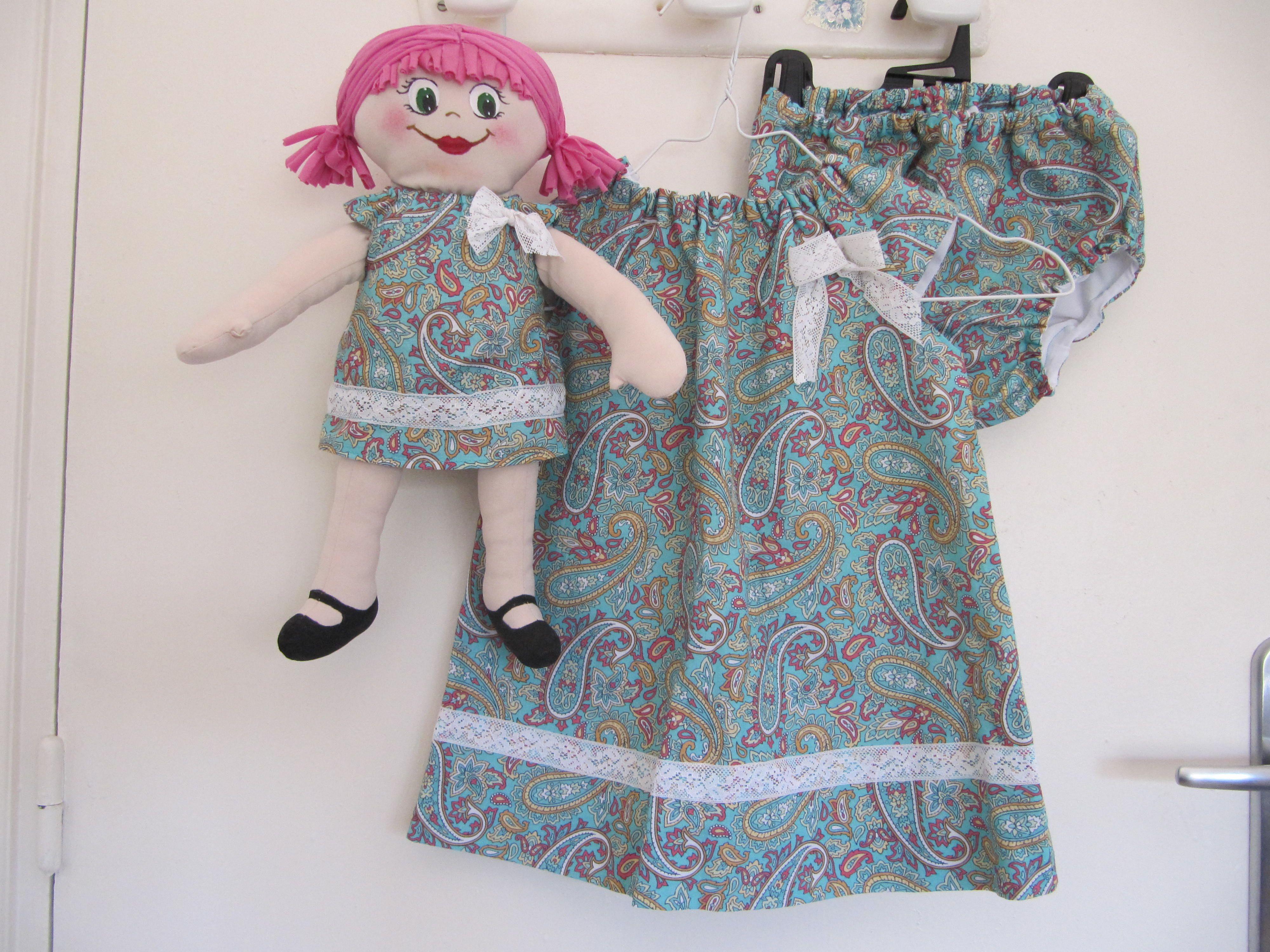 """Vesidito con cubre pañal y muñeca de trapo vestida igual para el primer cumple de Lea. Realizados con patrones de """"Oh mother mine""""."""