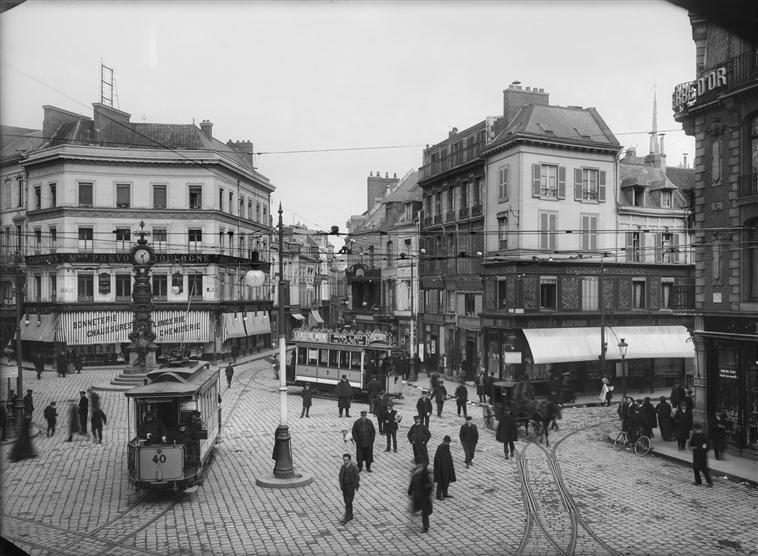 Séeberger Frères Place Gambetta à Amiens Avec Piétons Et