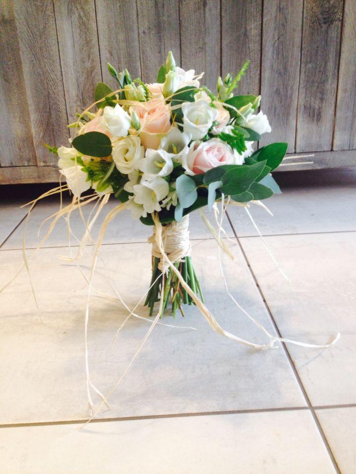 bouquet de marier rose et blanc pastel avec roses campanules et raphia par pivoine et capucine. Black Bedroom Furniture Sets. Home Design Ideas