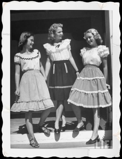 des jeunes filles posent en tenues tr s la mode dans les ann es 40 jupe volants vichy style. Black Bedroom Furniture Sets. Home Design Ideas