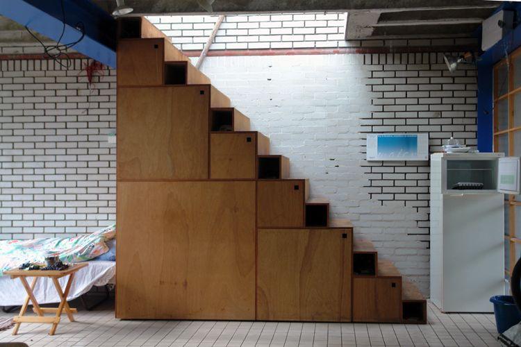 Kast in trap. de trap met ingebouwde kasten geeft toegang tot de