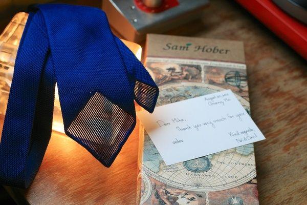 Sininen grenadiinisolmio tilaustyönä: Sam Hober - Ohituskaistalla