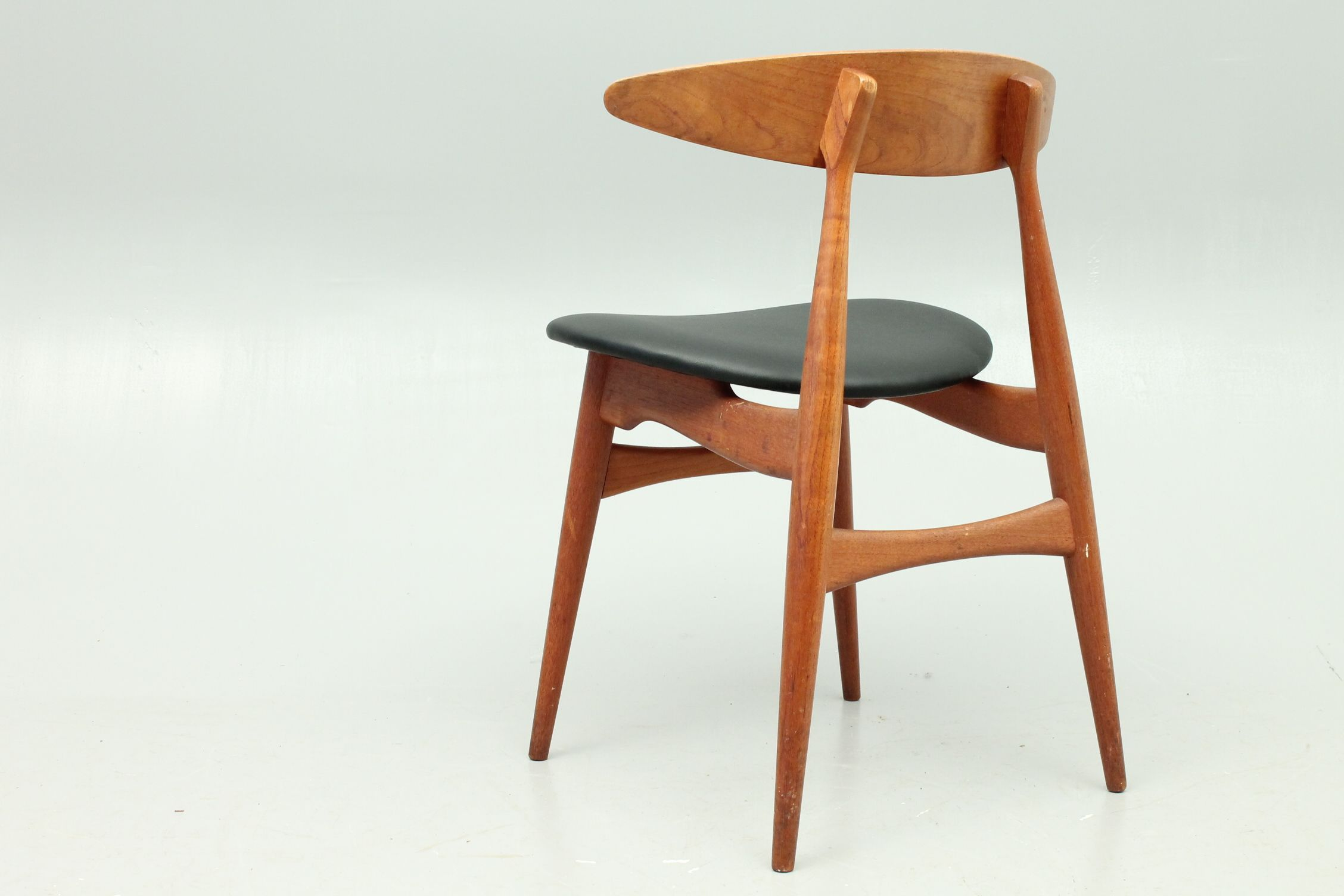 Ch 33 Chair In Teak With Leather Seat Designed By Hans Jorgen