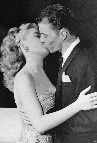 Frank Sinatra kisses Gloria DeHaven | Gloria dehaven, Frank sinatra, Sinatra