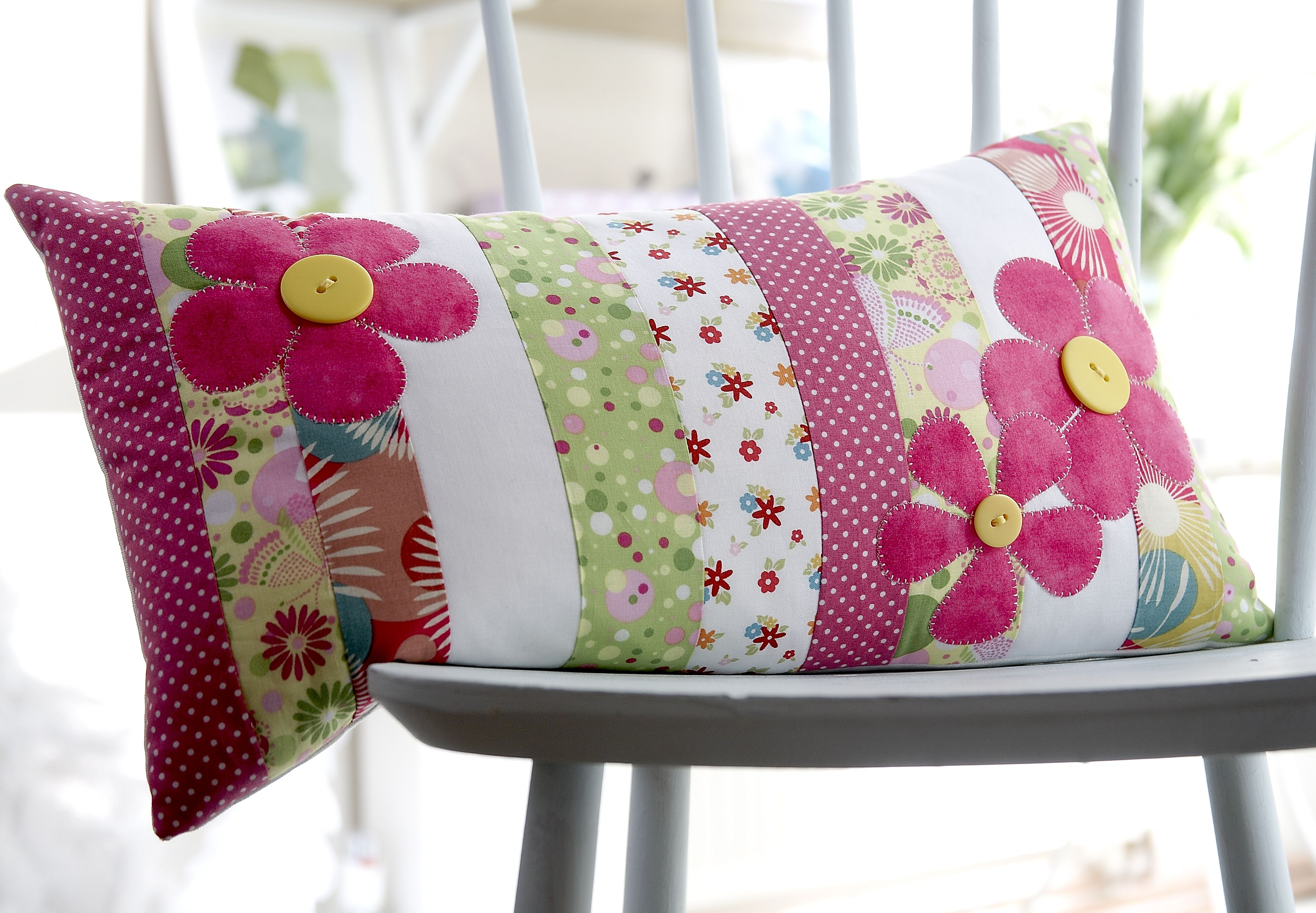 Flower applique cushion project from issue more accent kussens