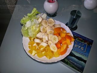 Lisa schaltet einen rohen Zwischengang ein und vernaschte diesen Fruchtteller zum Ftühstück.  http://vegan-village-life.blogspot.de/2014/11/vegan-wednesday-116-rawwwr.html