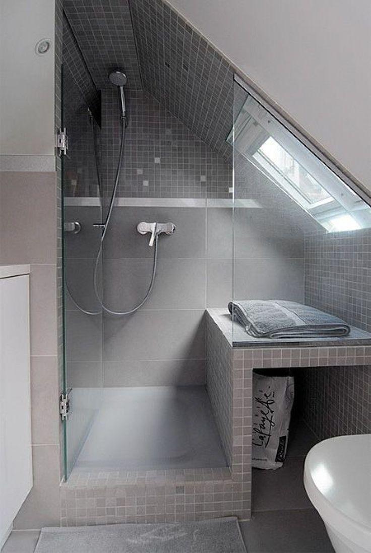 Photo of Klasse Einteilung für ein kleines Badezimmer mit Dachschräge
