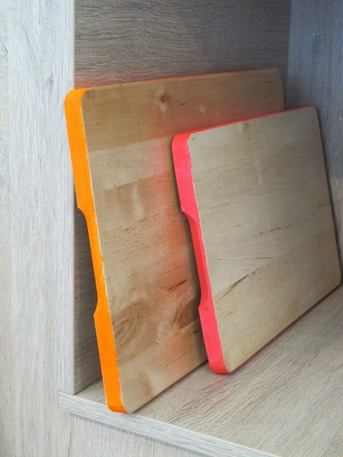 Een gewone broodplank met een zelf geschilderd kleurtje op de kopse kant: gezien bij 101 Woonideën. vrijdagvrij