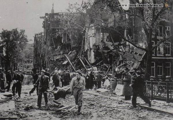 May 1940. Direct first responders are providing assistance to victims of a German bombing at the corner of the Blauwburgwal and Herengracht. The plane was hit by anti-aircraft fire over Sloterdijk but remained in the air and dropped two bombs. One of them ended up in the water of the Blauwburgwal, the other hit a row of canal houses. #amsterdam #worldwar2 #Blauwburgwal