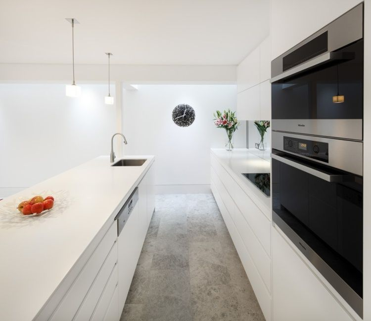 Grifflose Küche in Weiß mit grauem Bodenbelag sweet home - küche hochglanz weiss