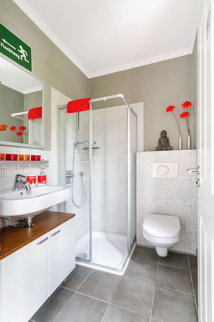 Modernes Gästebad mit Dusche, Waschbecken und Toilette