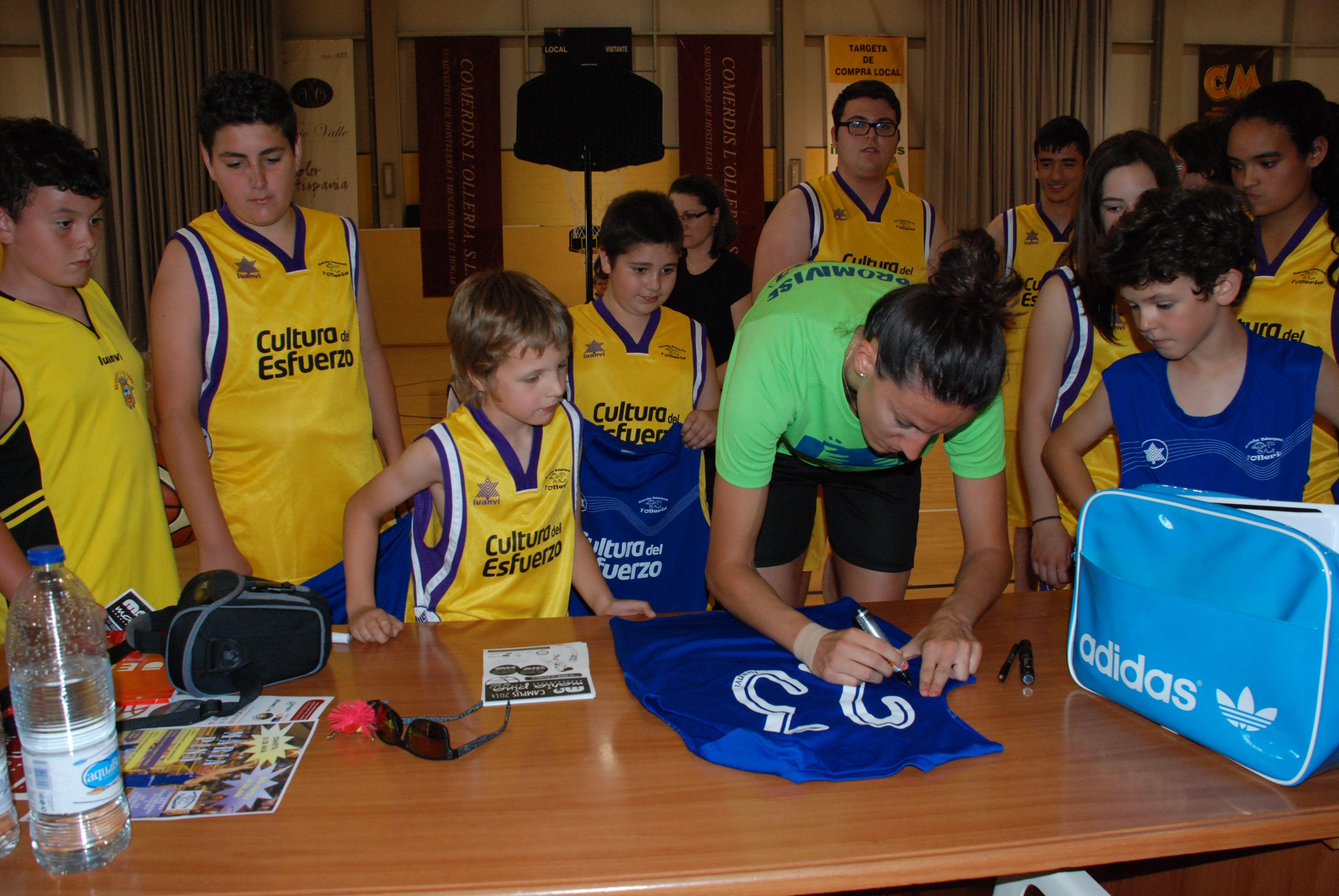 Els nostres van demanar firmes i fotos a Maria Pina 55