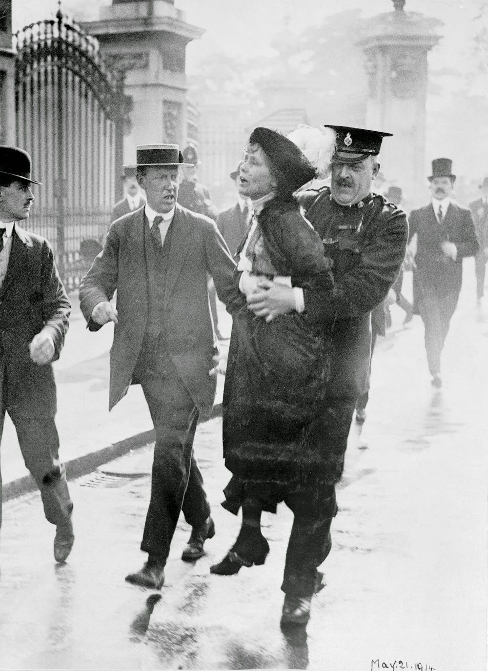 Suffragettes Vs Police Vintage Photos Of Women S Suffrage Movements Ca 1910s Historical Photos Suffragette Women In History [ 1375 x 1000 Pixel ]