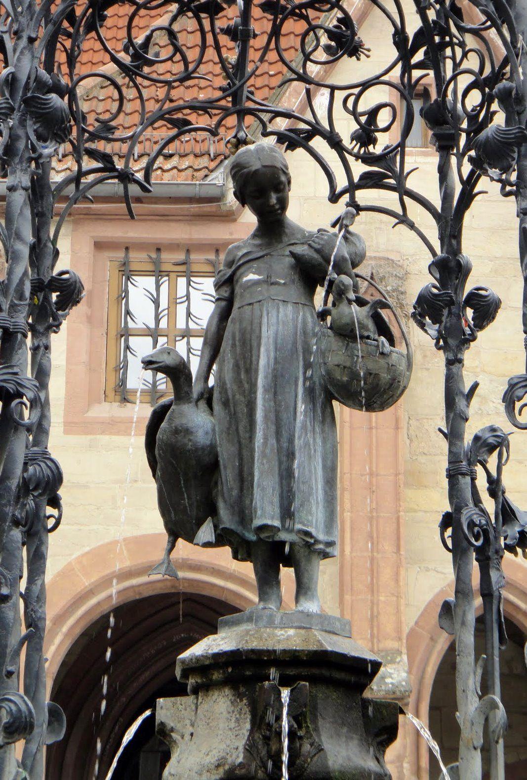 Gänseliesel, La ragazza con le oche, a Gottingen. Famosa per essere la ragazza più baciata al mondo. Infatti la tradizione vuole che ogni neo laureato dell'università di quella città, scali e baci la statua.