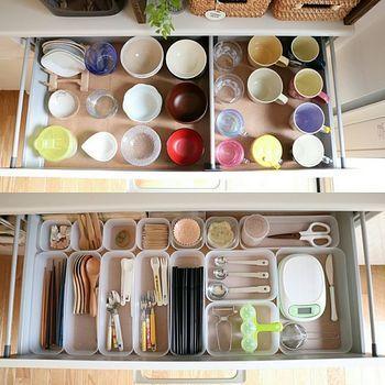 カトラリーやキッチン小物もプラスチック容器でアイテム別に仕分けして