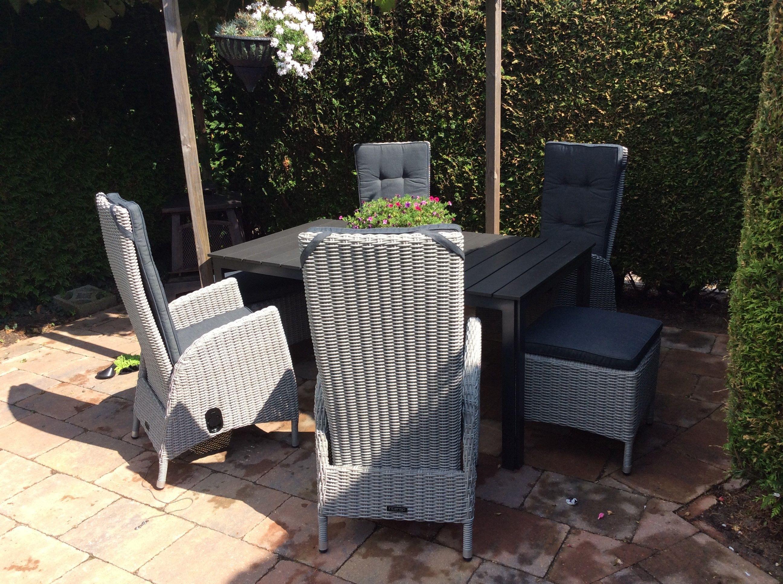 Zwarte tuintafel met grijze gevlochten loungestoelen - Kees smit gartenmobel ...