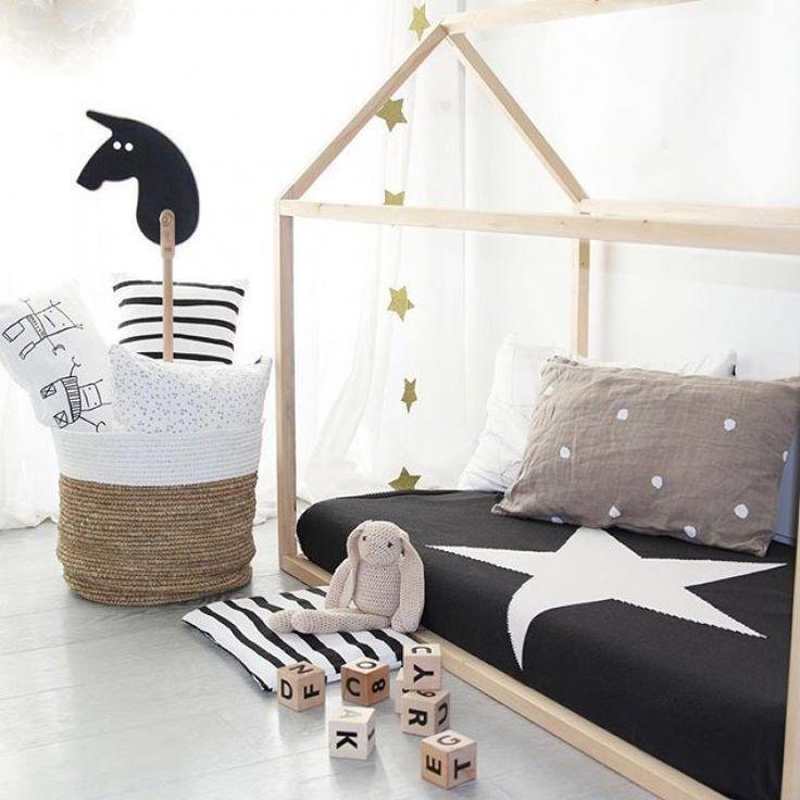 Unique Kinderzimmer f r Schwarz Wei Liebhaber Hausbett in Naturholz