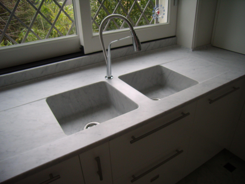 piani cucina in marmo bianco carrara con lavelli scavati dal ...