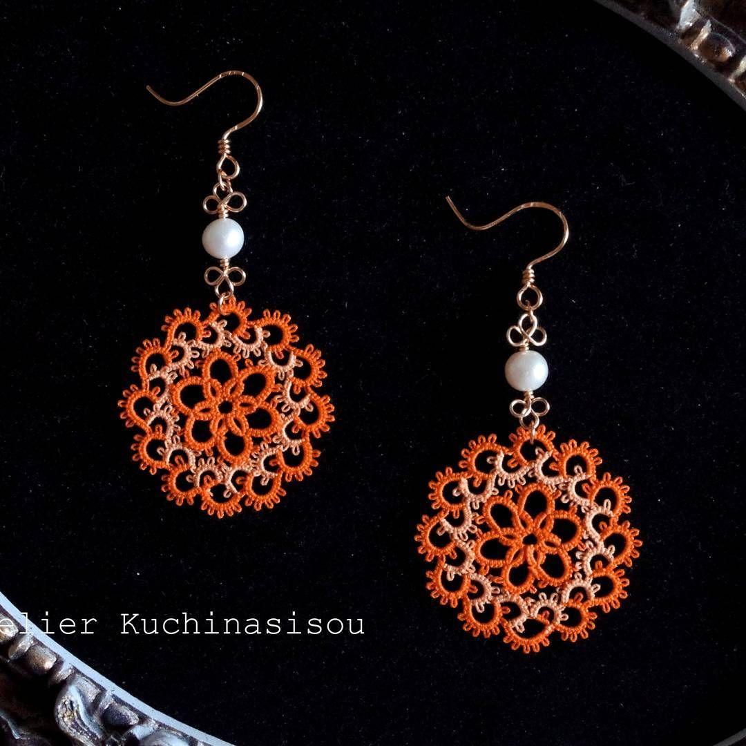 秋の新作第一弾(*´ω`*) タティングレースのピアスです♪ 鮮烈なオレンジ色が誘目性抜群。熟した果実を思わせる、秋らしい色合いですね♡ #タティングレース #タティング #アトリエ梔子荘 #ハンドメイド #ハンドメイドアクセサリー #アクセサリー #ピアス #tattinglace #tatting #accessory #earrings #handmade