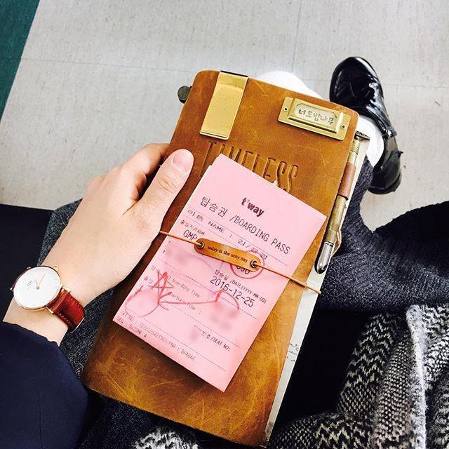 #travelersnotebook #midori #midoritravelersnotebook #travelersnote #planner #weekly #travelerscompany #journal #maskingtape #washitape #classiky #diary #트래블러스노트 #vintagestamp #tokyoantique #다이어리  제주도로 떠나요 #제주여행 #jejuisland #jeju ✈ 동생과 함께 비행기 타고 처음 가는 여행🏝유후~💕