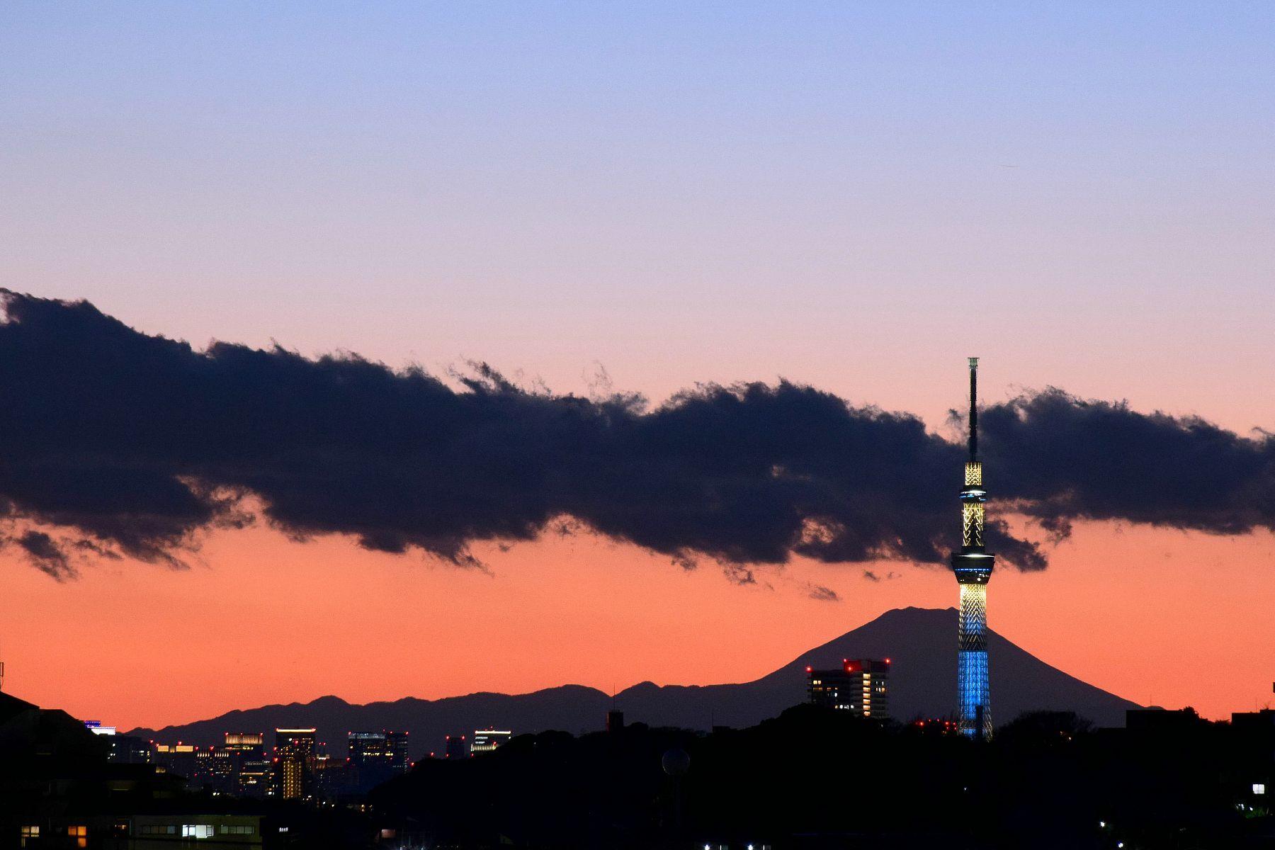「曽谷高台からのスカイツリーと富士山」(市川市曽谷) 2016.02.04撮影のダイヤモンド富士と同じ場所で撮った夕景です。 空が遠くまですっきりと澄み渡った日には、スカイツリーの背後に富士山と丹沢~大山の稜線がくっきり浮かび、その手前の真間山の切れ目からは都内のビル群が顔を覗かせます。 Sunset view of Mount Fuji and Tokyo Sky Tree From Soya,Ichikawa City,Japan
