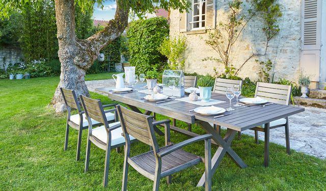 Une table à rallonges en aluminium et à prix doux pour le jardin
