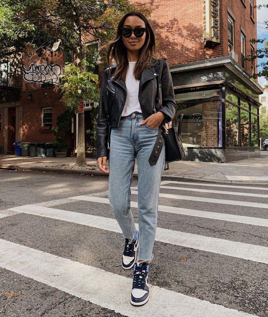 Obraz Moze Zawierac Co Najmniej Jedna Osoba Ludzie Stoja Buty I Na Zewnatrz Fashion Mom Jeans Street Style