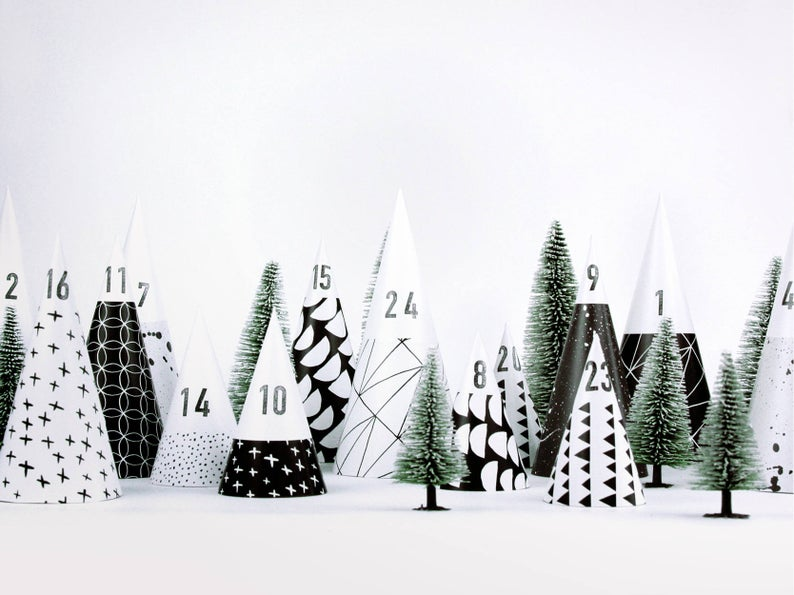 Advent Calendar / Hyggewald // DIY construction paper, plain, minimalist, little trees to fill for yourself, for boys, girls and adults #calendrierdelaventfaitmaisonenfant