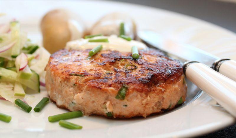 Lakseburger med fennikelsalat og sitrondessing. Ikke mye jobb, men mye når smaken bare er midt på 3