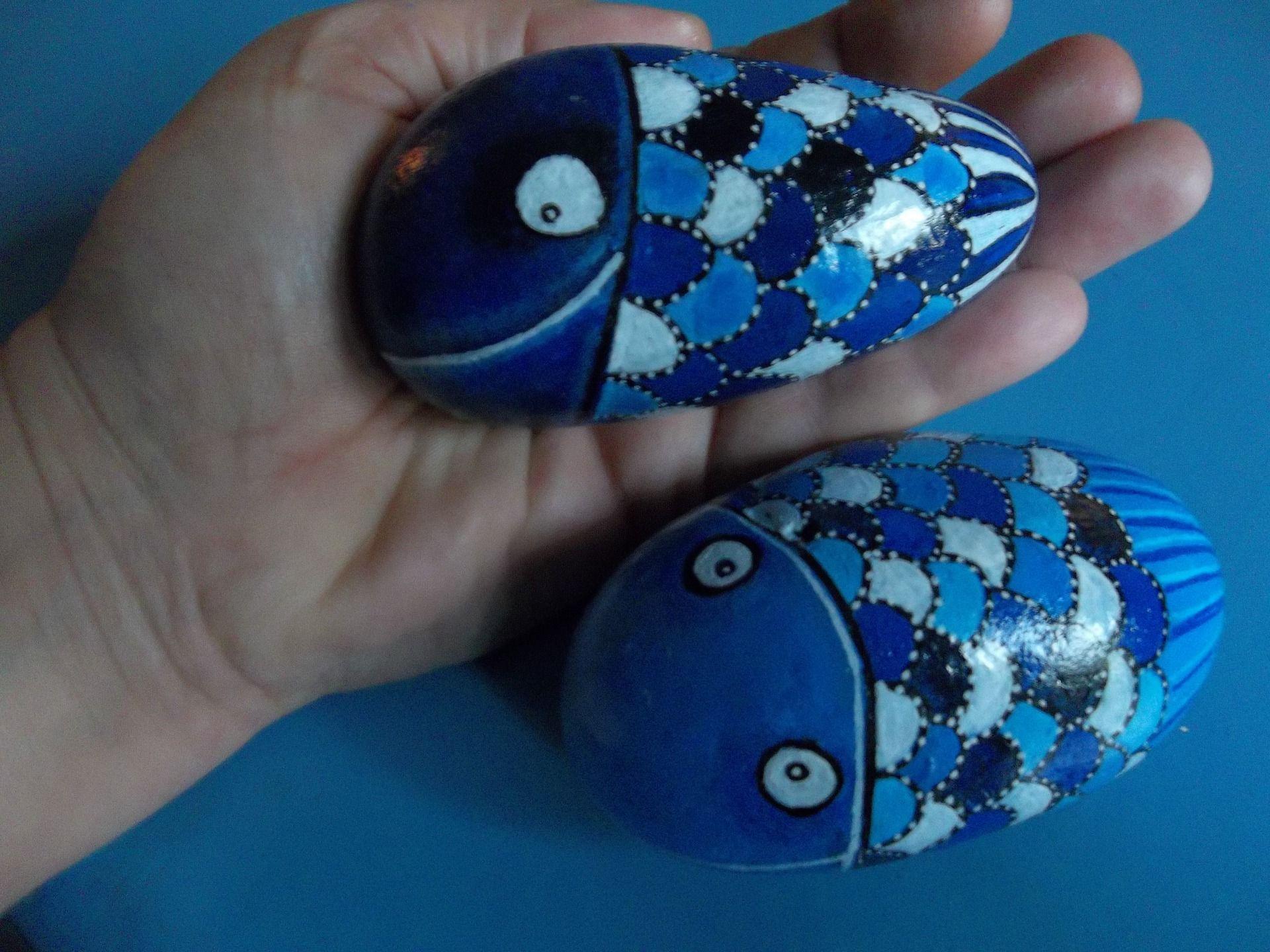 peinture sur galet les poissons bleus heureux sculptures gravures statues par les cailloux. Black Bedroom Furniture Sets. Home Design Ideas