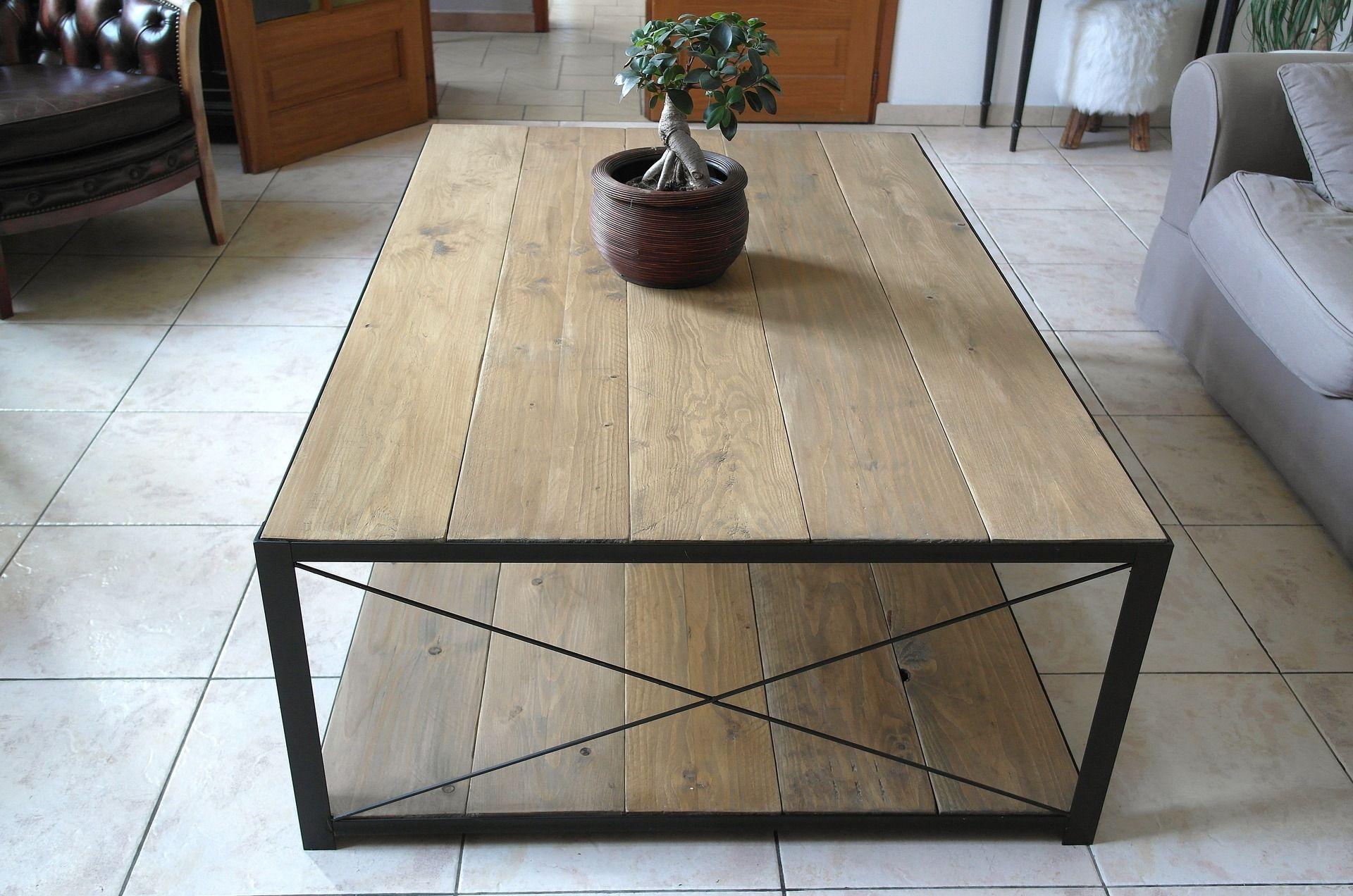 table basse à l'esprit loft ou intérieur de charme, en acier et