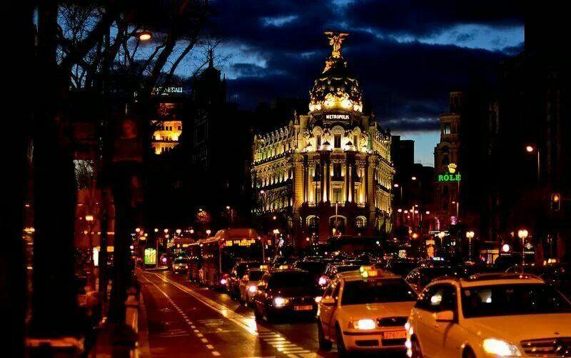 Edificio Metrópolis Gran Vía y calle Alcalá vista nocturna callejeandomadrid