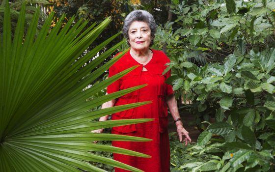 Claribel Alegría, en el jardín de su casa en Managua.