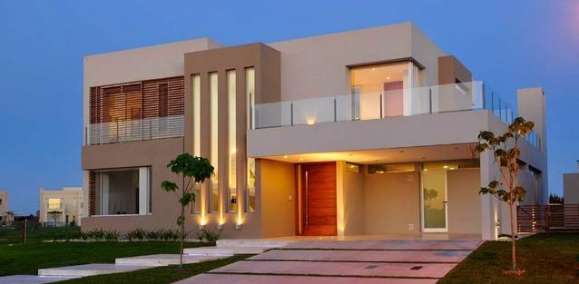 1- Fachada tom off-white com iluminação!     Já se foi aquele tempo que víamos muitas casas amarelas, azuis, laranjas e verdes. A nova...
