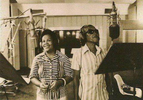 #nossasraizes Mestre Cartola em 1976, gravando o segundo LP, em companhia de sua filha Regina (via Samba de Raiz / Facebook).