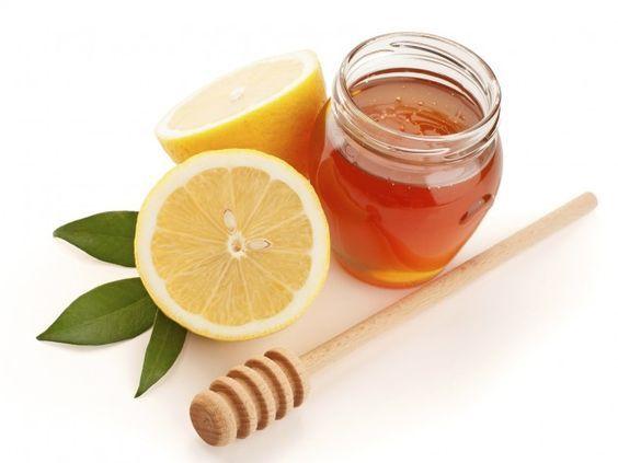 Prepara una pasta con un poco de miel, jugo de limón y cúrcuma en polvo y aplícala sobre las manchas.: