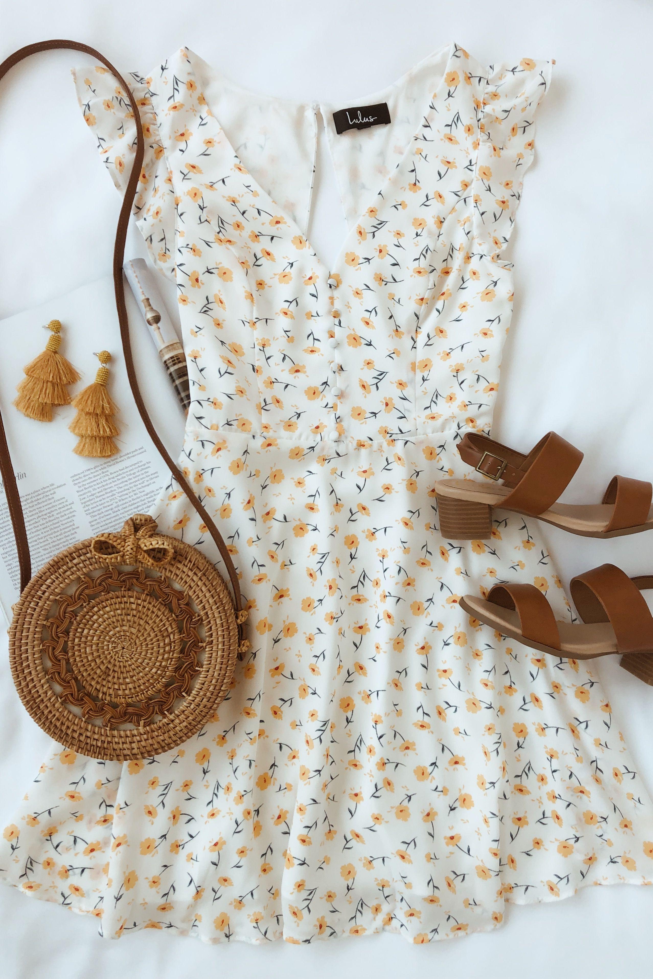 Sundress seizoen is hier en deze witte bloemen skater jurk is perfect voor de zomer …
