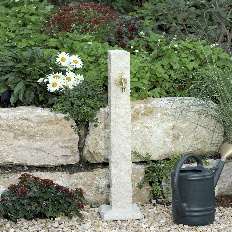 Wasserentnahmestelle In Form Einer Naturbelassenen Granitstele In