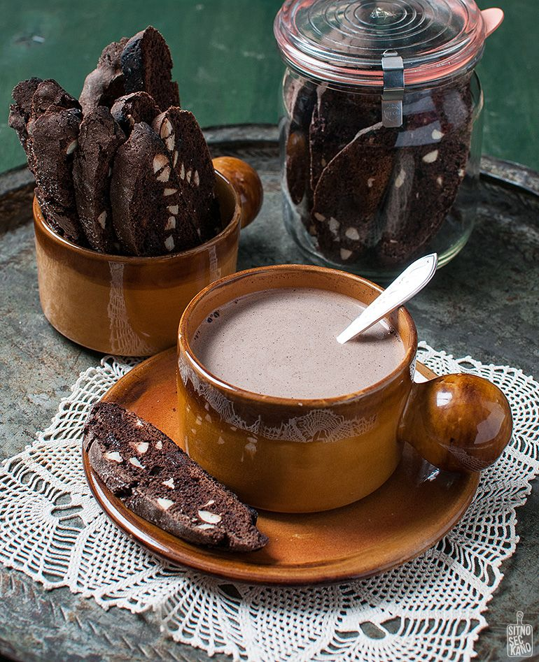 chocolate almond biscotti with hot cocoa / sitno seckano