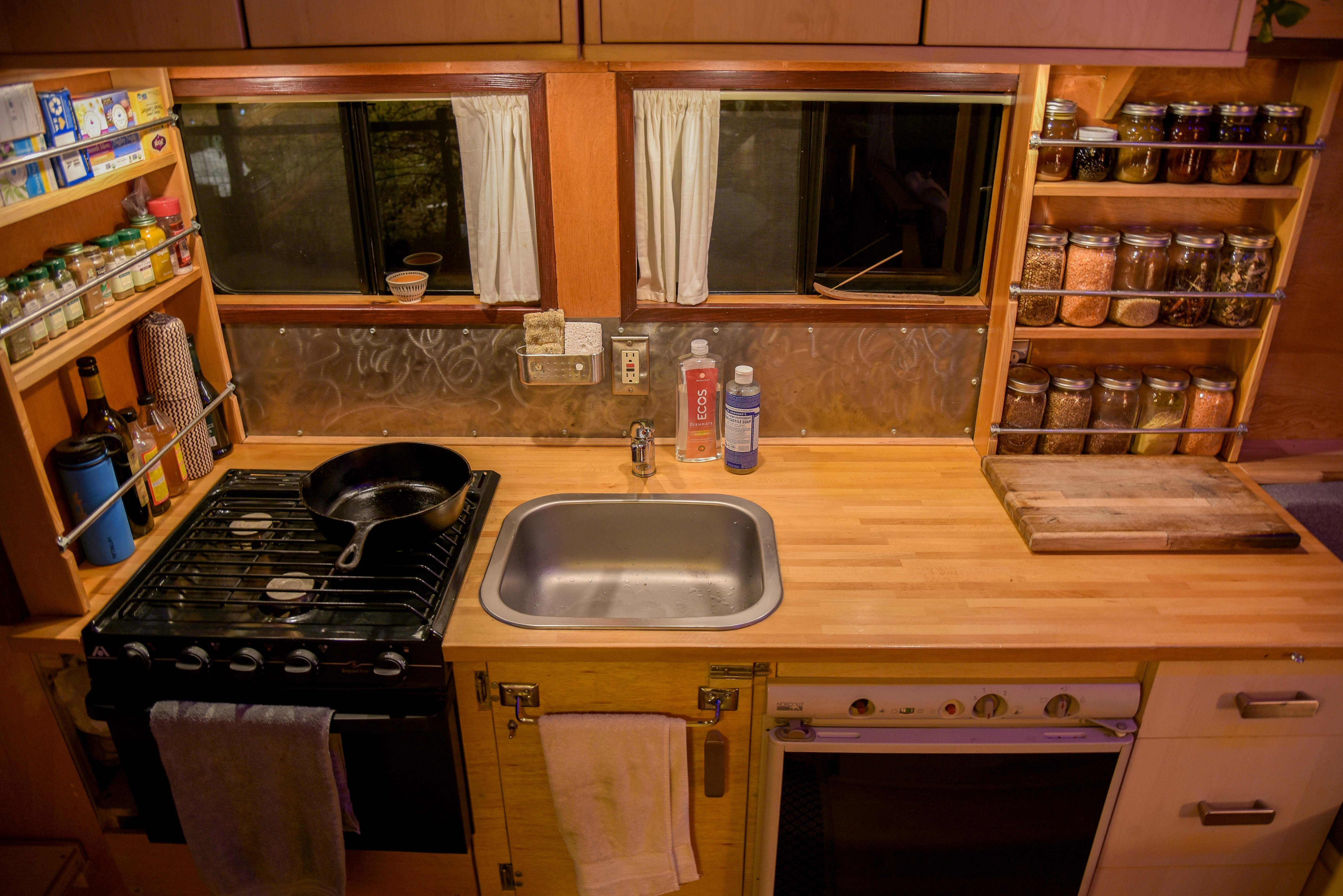 Tiny House Bus Conversion Kitchen Skoolie Buslife Woodworking Omgebouwde Camper