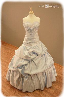 Sonar con vestido de novia color oro