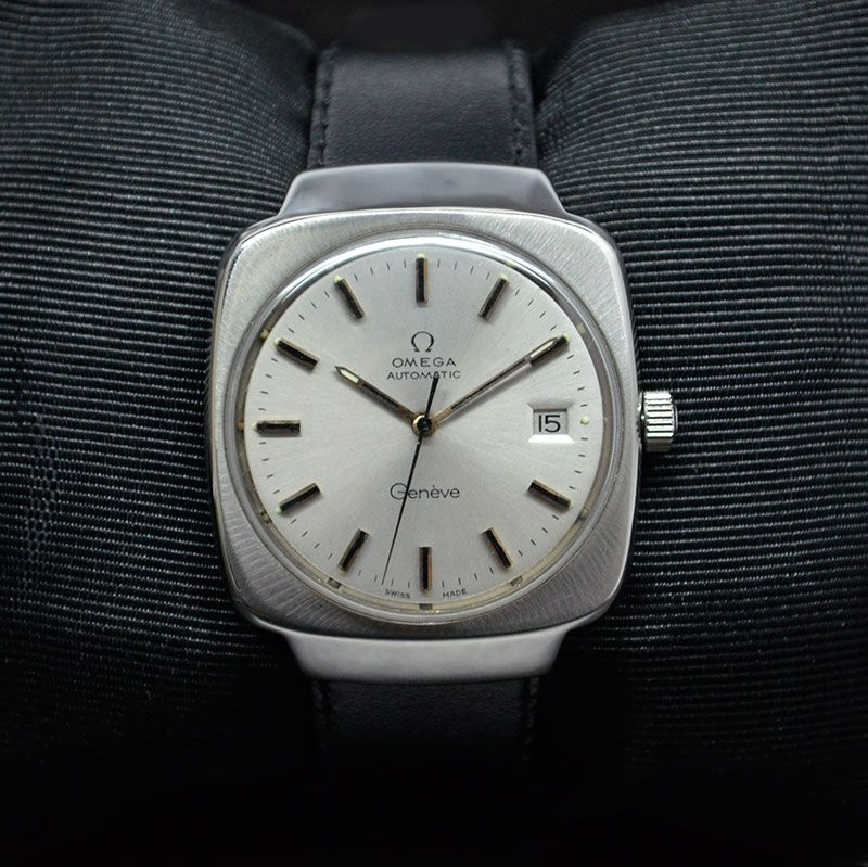 AUTHENTIC OMEGA GENEVE DATE AUTOMATIC SWISS WRISTWATCH REF.1660164 Feature : Center Second, Date and Automatic Dial Features : Refurbished Original Omega Dial Dial Color : Silver Markers : Golden and Black Markers Glass : Plastic Case Material : Stainless Steel Case has been polished Casing will show age Condition : Used and Excellent as per its Age Sign : Signed on the Dial, Crown, In Side Back Cover and Movement