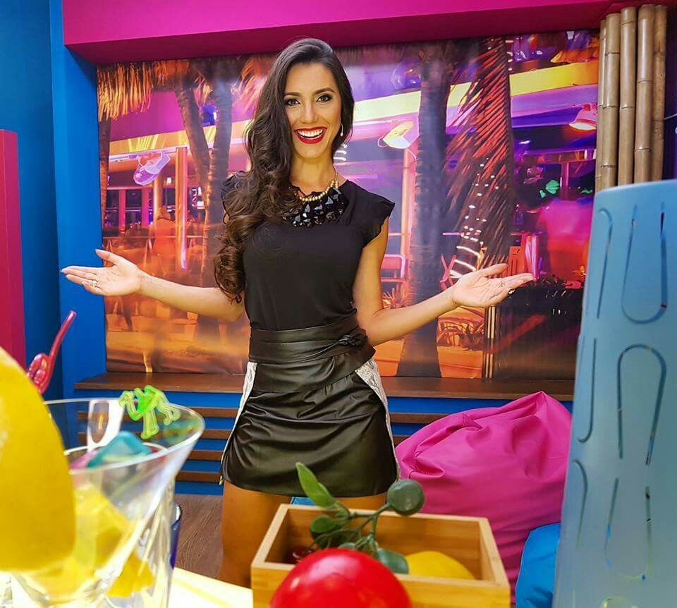 "Kelly Baron com look ""Zumbi Urban Glamour"" Já estou a sua espera 😍 no programa Super Quiz neste clima tropical 🌴🎉📞📺 #tvi #portugal #superquiz  Blusa ref: BLV1612 ( comprar aqui: http://tinyurl.com/j6wfrez ) Saia ref: SSV1411 ( comprar aqui: http://tinyurl.com/hmxsjjq ) #fashion #summercollection #look #zumbiurbanglamour  #black #blouse #skirt"