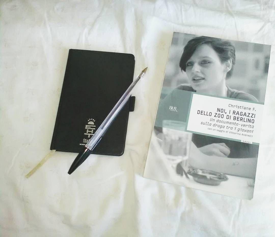 """Recuperiamo il giorno 4 (ieri) della #addictedjunechallenge di @_addictedlover_ - sad book un libro triste...più che triste ci fa riflettere molto: """"noi i ragazzi dello zoo di Berlino"""" la storia di Christiane Vera Felscherinow  Citiamo Vittorino Andreoli che nella postfazione afferma: """"il libro di Christiane F. debba circolare come un classico per svegliare le coscienze di fronte a un tema di cui c'è stanchezza. Risultato di continui fallimenti perché occorre dirla in maniera esplicita: sul…"""