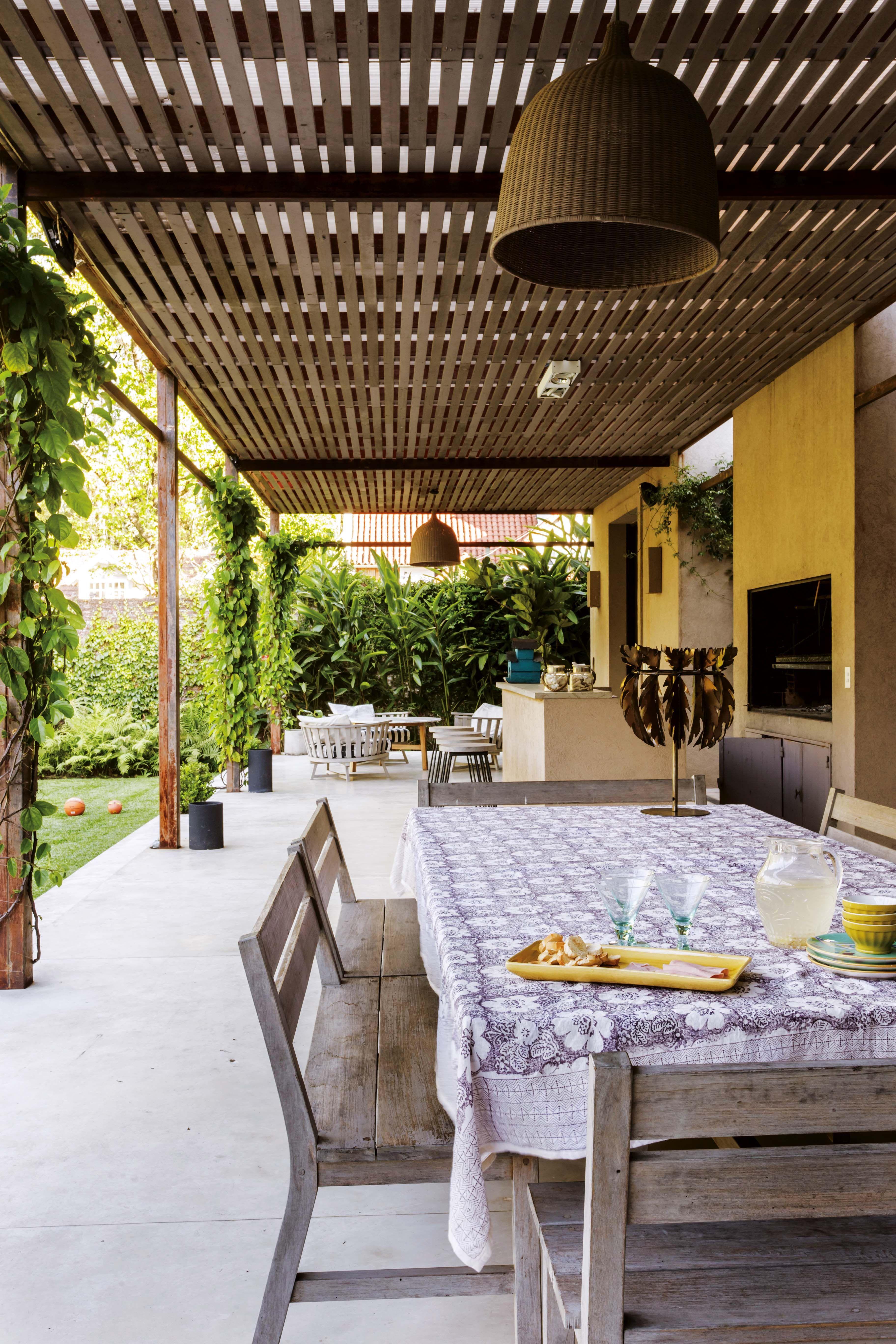 Gui os al reino animal y mucho verde en la casa de mar a for Choza de jardin de madera techo plano