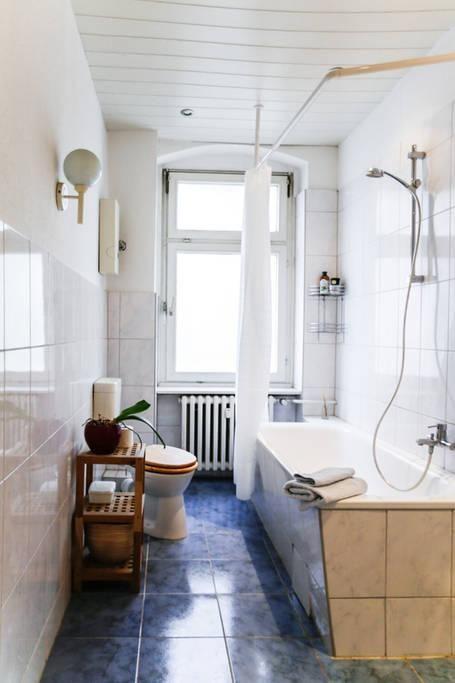 Schönes Badezimmer in Berliner Altbaugebäude mit hohen Decken ...