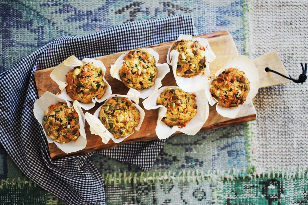 Her skal dere få et eksempel på at muffins absolutt ikke begrenser seg til  den søte kategorien. Disse muffinsene er laget med cottage cheese, fetaost,  rødløk og spinat, og er perfekt tilbehør i piknikkurven, på tapasbordet,  eller som en enkel lunsj eller matpakke. Perfekt å lage en god ladning