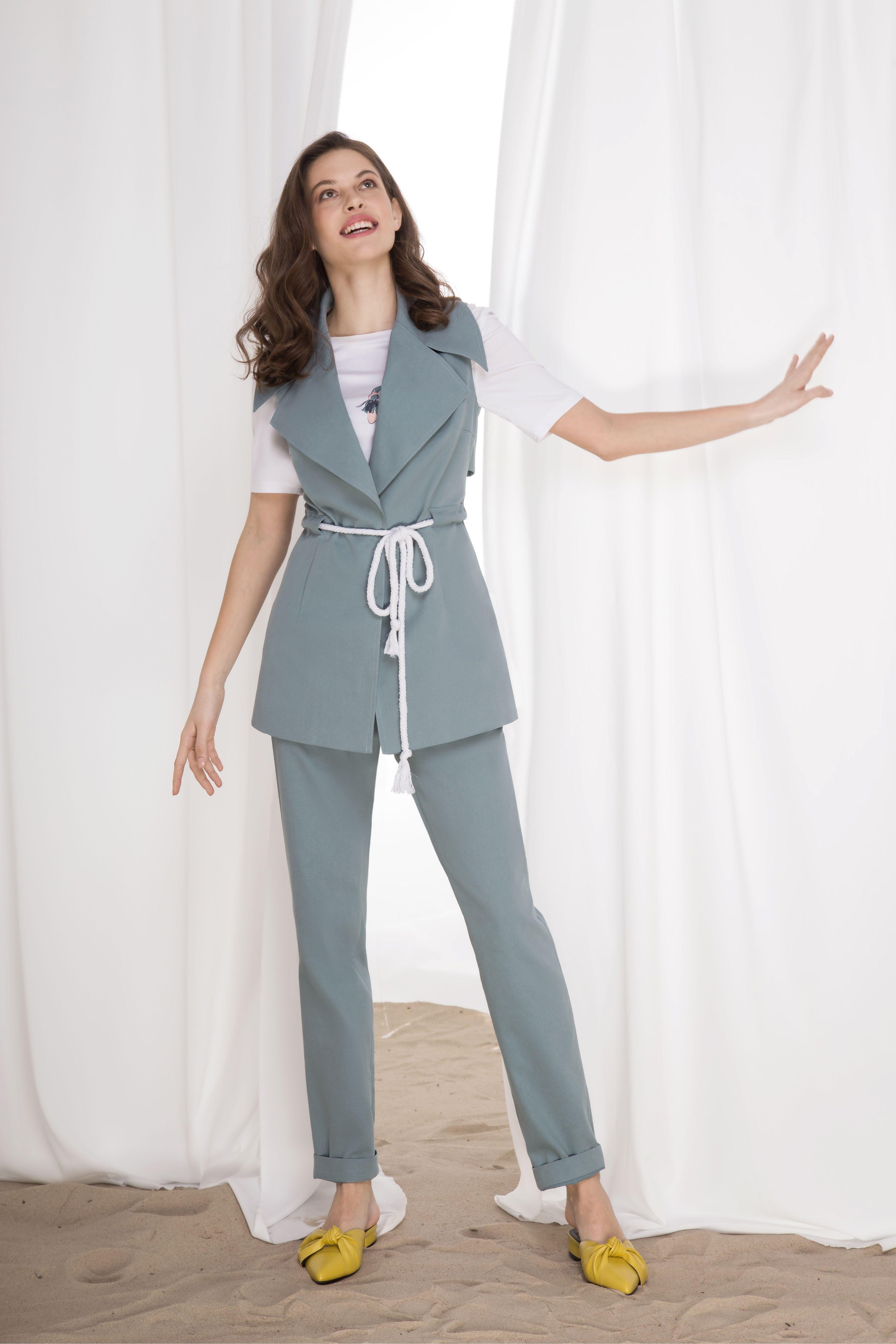 ee5b93e6e799e Офисный летний брючный костюм, жакет с лацканами, жилет в костюмном стиле,  тренд 2019